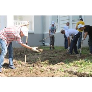 Калужские активисты ОНФ провели акцию по благоустройству территории усадьбы Полотняный Завод