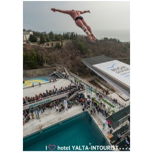 В Крыму чемпион мира по хайдайвингу совершил прыжок с крыши отеля «Ялта-Интурист».