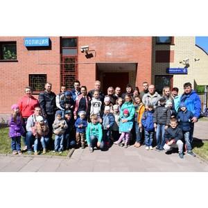 В День защиты детей Женсовет УВД организовал экскурсию для детей к четвероногим помощникам полиции