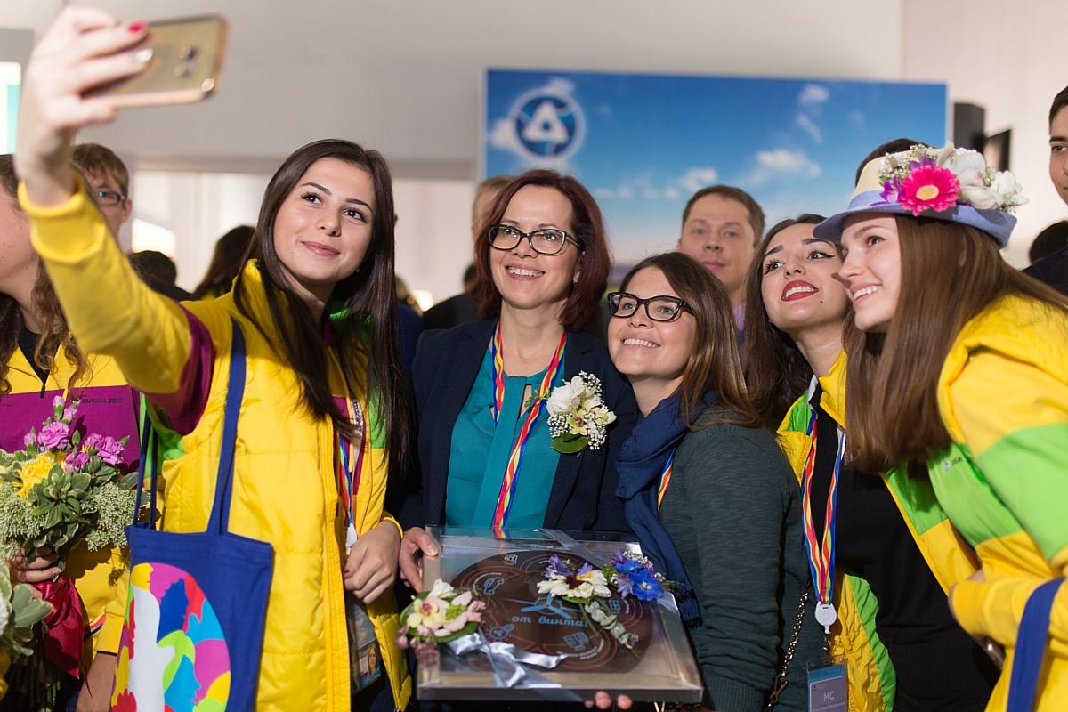 """Заместитель Министра промышленности и торговли Г. Кадырова посетила экспозицию """"Новые технологии и инновации"""""""