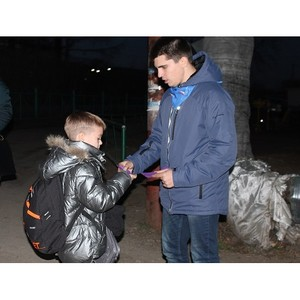 Активисты ОНФ в Амурской области раздали школьникам и жителям села Чигири светоотражающие элемент