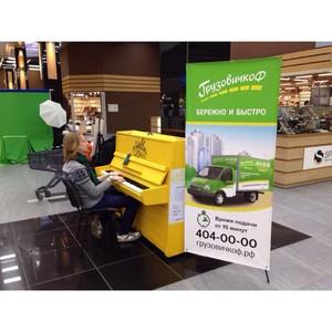 Желтое пианино ездит по Петербургу в зеленых грузовичках