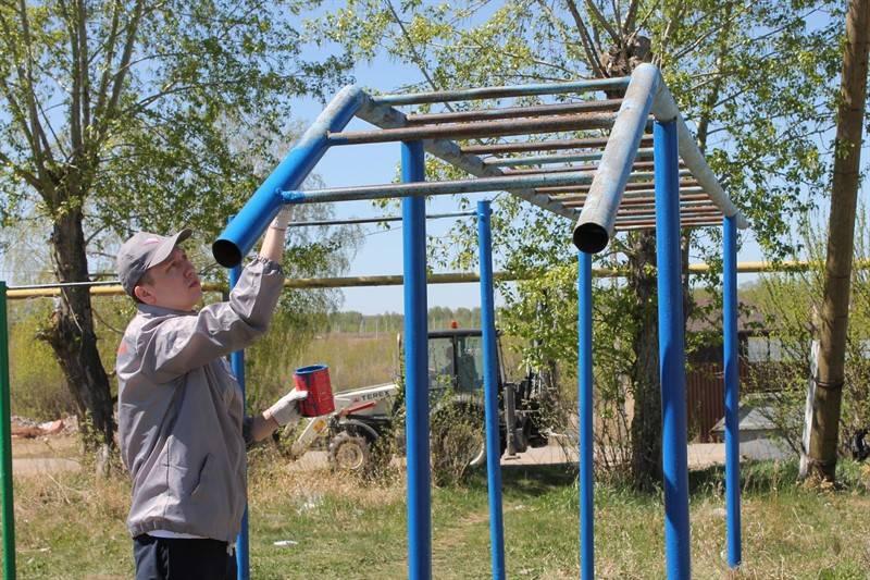 Челябинские активисты ОНФ привели в порядок детскую площадку в поселке Северный