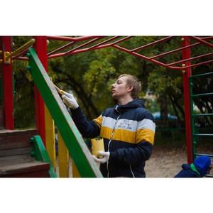 Команда «Молодежки ОНФ» отремонтировала детскую площадку в Петрозаводске