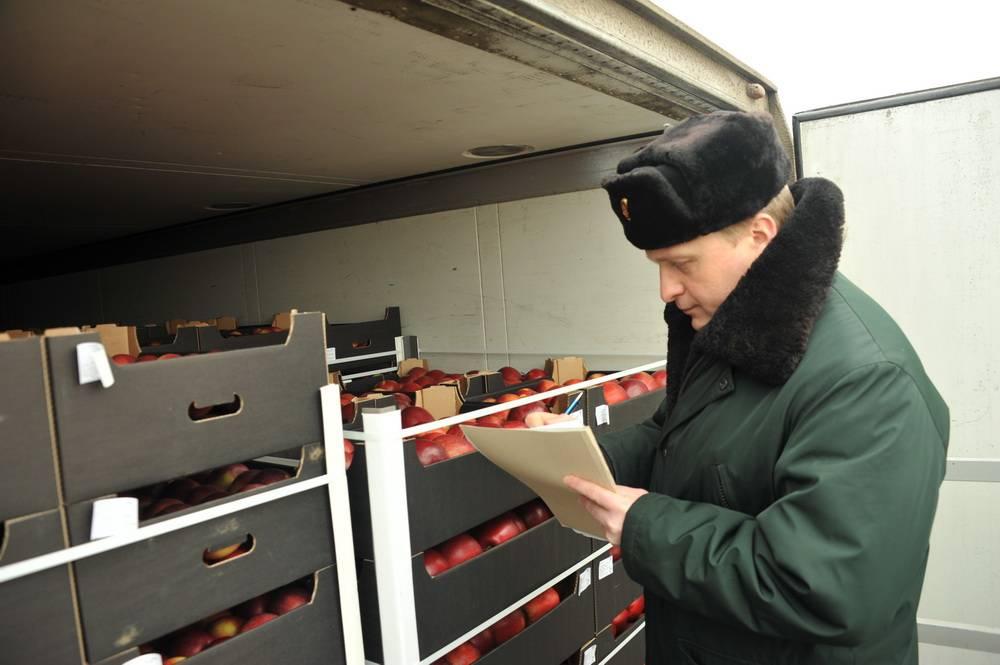 Шесть грузовиков с турецкими томатами и  польскими фруктами задержали смоленские таможенники