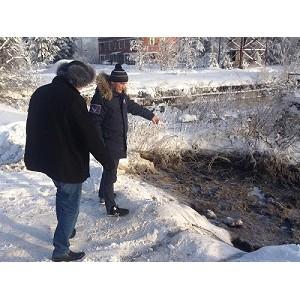 јктивисты ќЌ' в ёгре вы¤вили бесконтрольный слив канализационных стоков в —оветском районе