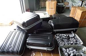 Грузите фурнитуру чемоданами