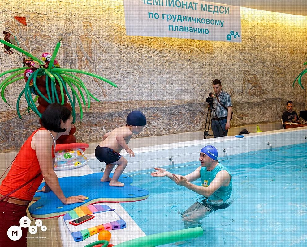 Более 30 малышей приняли участие в чемпионате по грудничковому плаванию