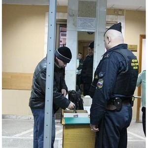 Судебные приставы уведомляют граждан об изменении порядка пропускного режима