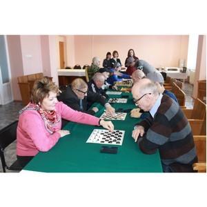 Команда «Молодежки ОНФ» провела турнир по игре в шашки в геронтологическом центре