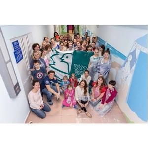 ¬олонтеры ЂЌестлеї помогли расписать коридор детской городской больницы