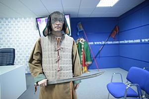 Археологи НГУ представили уникальные подвески из резца лося и пояс древнего воина со «смайликами»