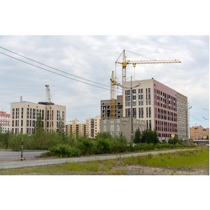 Власти Нового Уренгоя проверили ход строительства жилых домов в городе