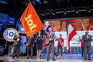 Ректор КФУ Ильшат Гафуров передал флаг IOI представителям Ирана