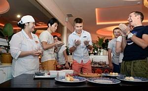 Виктор Ан пьет «Архыз» на традиционном пикнике сборной России по шорт-треку
