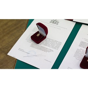 Отмечены серебряным знаком: преподаватели вуза награждены Законодательным собранием области