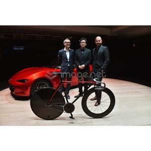 Mazda представила велосипед и диван собственного дизайна