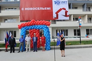 """Сотрудники ОАО """"ФСК ЕЭС"""" в Сочи получили ключи от 41 служебной квартиры"""
