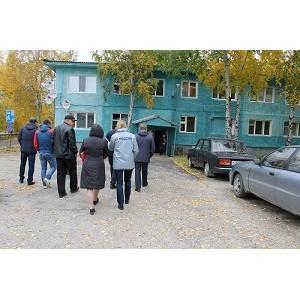 ОНФ в Югре проинспектировал работы по ликвидации недочетов капремонта дома в поселке Белый Яр