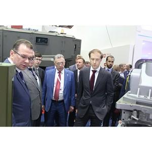 Денис Мантуров посетил стенд «Швабе» на выставке в Абу-Даби