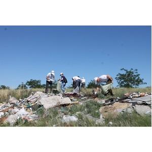 ¬олгоградские активисты ќЌ' приступили к уборке территории природного комплекса ЂЅалка ѕахотинаї