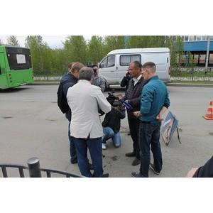 Представителям Народного фронта продемонстрировали технологию ямочного ремонта дорог Салехарда