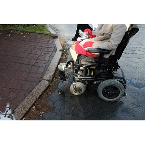 ОНФ в Югре совместно с инвалидами обследовали безбарьерную среду в Ханты-Мансийске