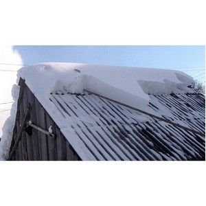 Мариэнерго напоминает: при чистке снега с крыши будьте осторожны с проводами линии электропередачи!