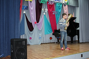 «Бинго-Бум» и Влад Топалов навестили детей-сирот с концертом
