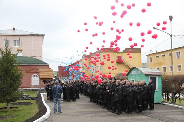 В кемеровской ИК-5 в честь Дня Победы осужденные выпустили в небо 650 воздушных шаров