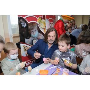 Маленькие пациенты Морозовской больницы распишут пасхальные яйца под руководством Никаса Сафронова