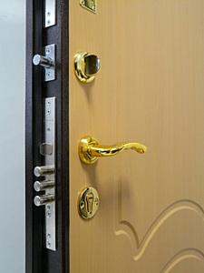 Замена замка в металлической двери. Стоимость в Москве