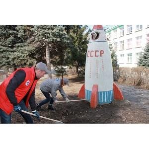 Челябинская команда «Молодежки ОНФ» организовала субботник возле памятника Белке и Стрелке