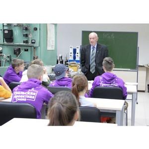 Лучше учить ребят на своих ошибках: ветеран показал школьникам, как работают энергетики