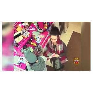 Полицейские задержали 30-летнюю женщину по подозрению в краже мобильного телефона