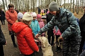 Смоленские таможенники-кинологи в гостях у школьников