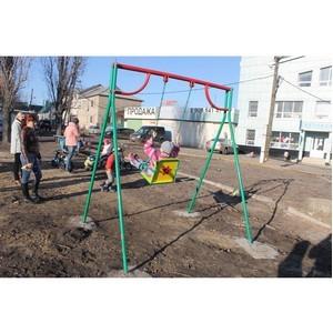 Активисты ОНФ проинспектировали детскую площадку в сквере имени Калашникова