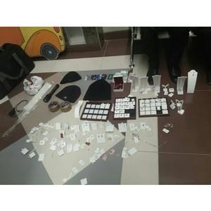 Зеленоградские полицейские по горячим следам задержали подозреваемых в нападении на ювелирный магазин