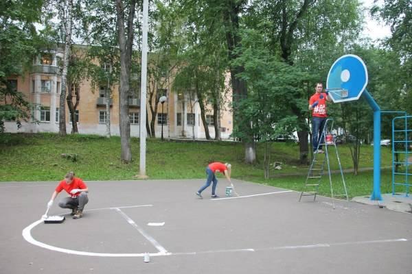 Команда «Молодежки ОНФ» привела в порядок баскетбольную площадку в Сыктывкаре