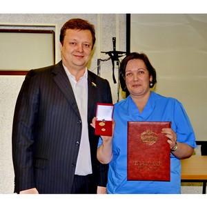 Сотрудники Травматологической больницы Сургута получили почетные знаки от Тюменской областной думы