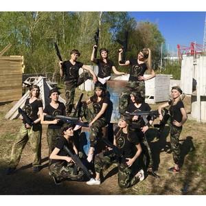 Борьба за корону заставила девушек взяться за оружие
