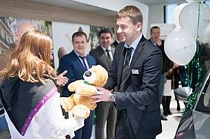«Автопрага» и «Фольксваген Банк РУС» поздравили своего 100 000 клиента с покупкой автомобиля