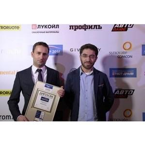 Главный редактор «Авто Плюс» Илья Межибовский наградил победителя премии «Автомобиль года в России»