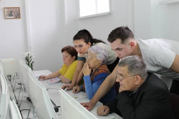 """Кировские активисты """"Молодежки ОНФ"""" провели уроки компьютерной грамотности для пенсионеров"""