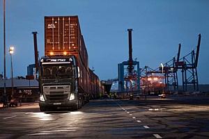 Volvo FH16, снабженный новой трансмиссией I-Shift с понижающими передачами, перевезет 750 тонн