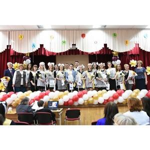 Представители МЗИК поздравили выпускников подшефной школы с последним учебным днем