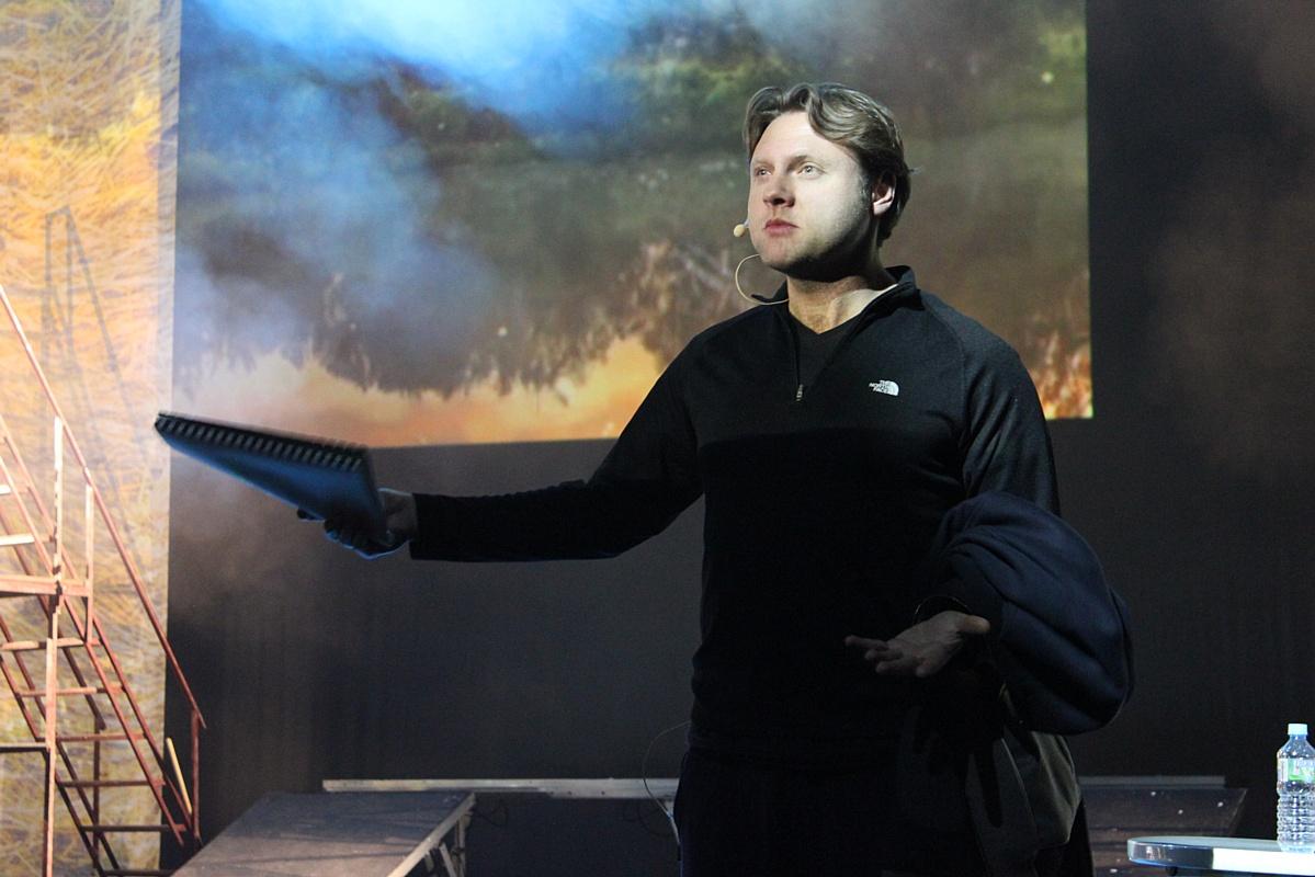 Певец Александр Коган играет в спектакле «Калина красная»