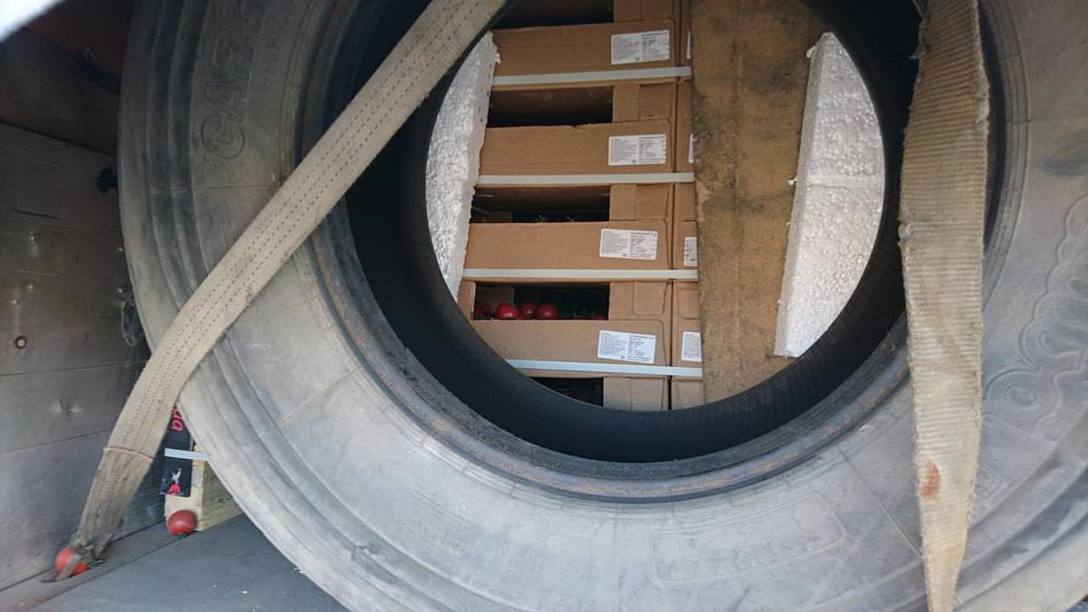Смоленские таможенники задержали 20 тонн турецких томатов, ввозимых под видом мебели