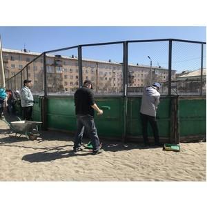 Активисты ОНФ в Туве покрасили хоккейную коробку в рамках всероссийского субботника