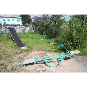 Участники команды «Молодежки ОНФ» в Курганской области проверяют безопасность детских площадок
